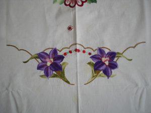 Balta siuvinėta staltiesė