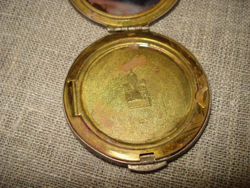 Senas veidrodėlis su pudrine