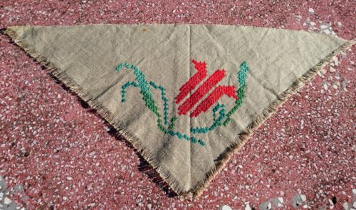 Trikampė servetėlė lentynai